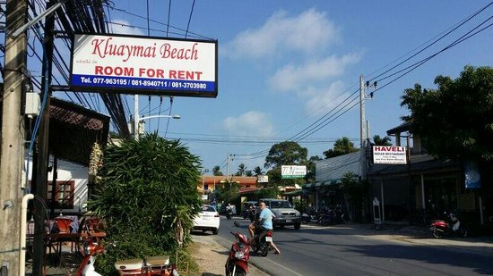 Kluaymai Beach Bungalows: The banglow signboard from the main street.