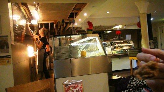Hendersons Salad Table Restaurant: Слежка за работой