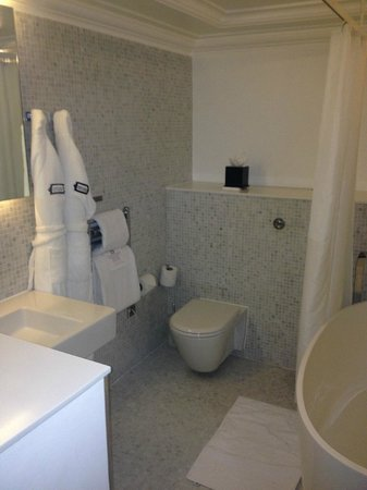 Town Hall Hotel: Bathroom 1