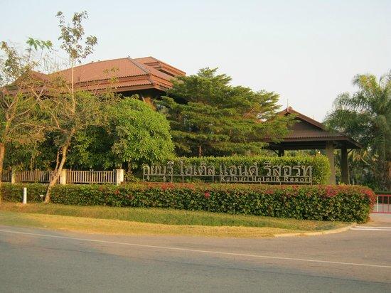 Kuiburi Hotel & Resort: Hotel entrance from road