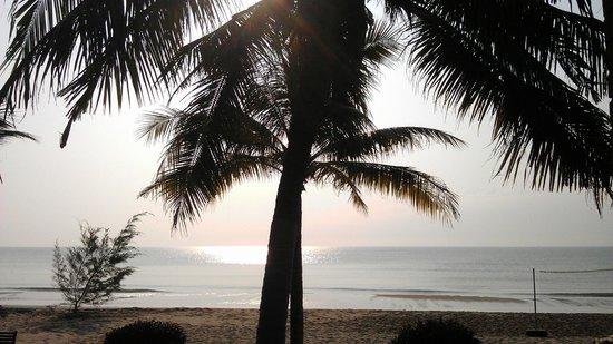 Kuiburi Hotel & Resort: Sunrise from restaurant veranda