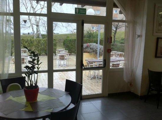 Hotel balladins Bobigny: vue terrasse