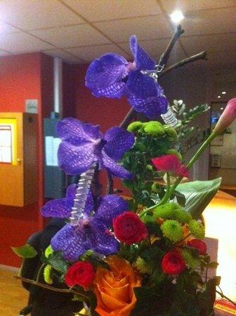 Hôtel balladins Bobigny: bouquet frais desk