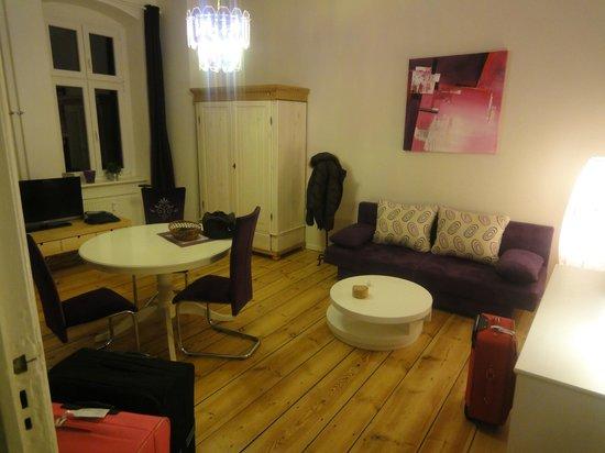 Simon-Dach Apartments: La zona giorno,bella!