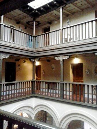 Sacristia de Santa Ana : Il ballatoio centrale sul quale si affacciano alcune stanze.
