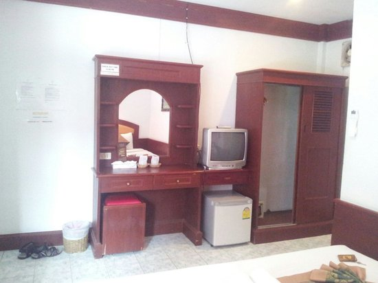 Kinnaree Resort: Standard room-The dressing cabinet and the Tv.