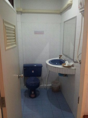 Kinnaree Resort: Standard room- the toilet with hot shower.