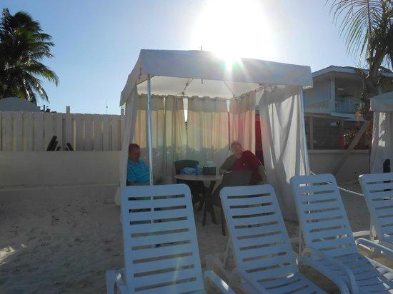 Royal Palms Beach Club: Cabana at Royal Palms
