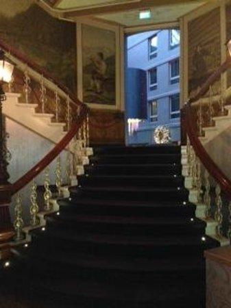 Clarion Hotel Ernst: Treppe zur Lobby