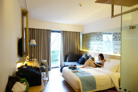 IZE Seminyak: Modern room, bathroom behind frosted glass walls were fine