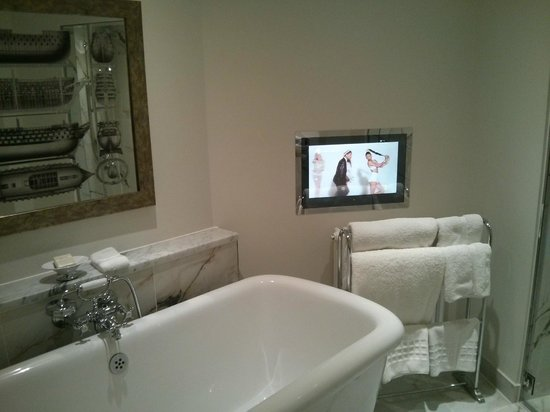 Bailbrook House Hotel: TV in the bath room