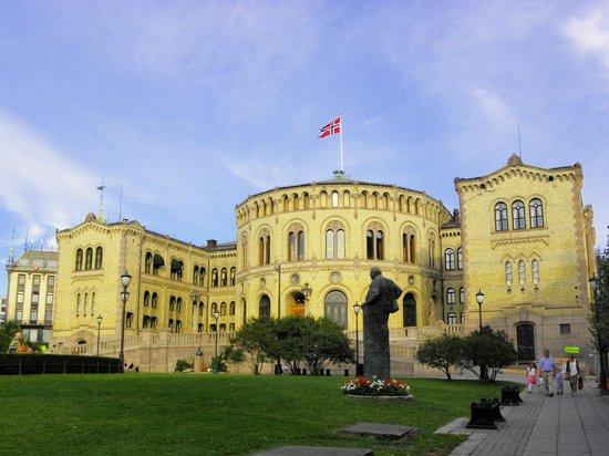 The Norwegian Parliament : al tramonto