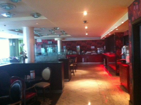 Maldron Hotel Parnell Square: Reception, dining area.