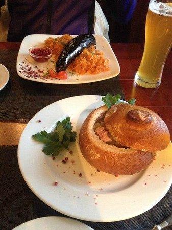 Piejura: Суп с копченостями и кровяная колбаса с капустой)