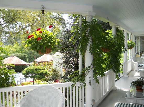 Homestead Inn: View of Terrace from Verandah