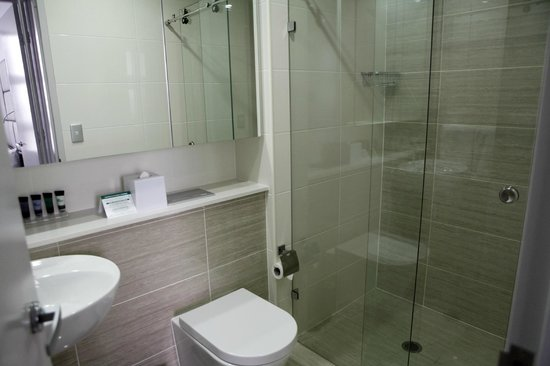 Meriton Serviced Apartments Zetland: The smaller of the two bathrooms