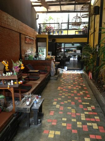 NapPark Hostel @ Khao San: Entry way into the hostel with comfy chairs on the left