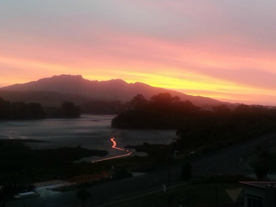 Raglan Farmstay: Sunset viewed from the terrace