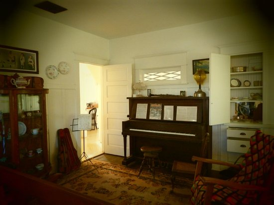 Richard Nixon Presidential Library and Museum: Living room of the home he grew up in