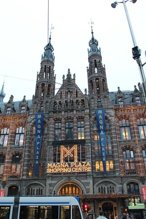 Dam Platz: Magna Plaza Shopping Centre next to Dam Square