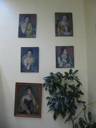 Hotel Casa Gonzalez: portraits in the hall