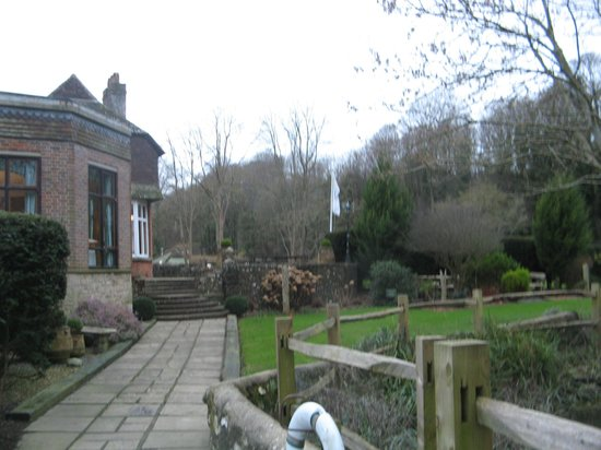Deans Place, Country Hotel and Restaurant: Beautifully kept grounds.