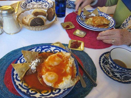 Hotel Casa Gonzalez: huevos rancheros with pan