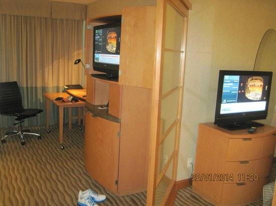 Delta Hotels by Marriott Vancouver Suites: tv in bedroom area and living room