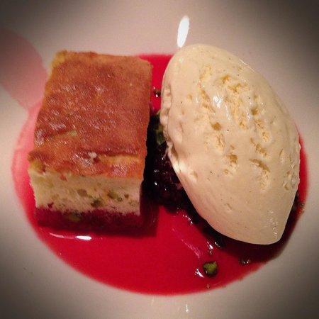 Ravintola Kuu: Yoghurt cake with Arctic brambles and vanilla yoghurt ice cream