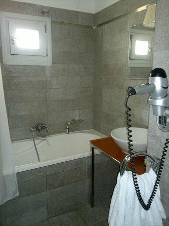 Andronikos Hotel: Banheiro espaçoso e confortável