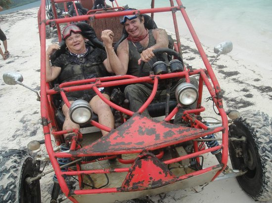 Roatan Sand Blasters Dune Buggy Tour: Warning.  Individuals may be muddier than they appear!!!