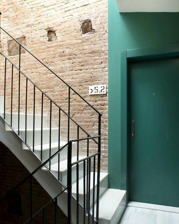 Whotells Raval: Escalera edificio