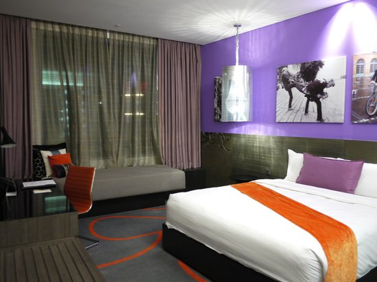 Hard Rock Hotel Singapore: Deluxe Room with king size bed