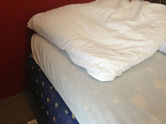 Pension Petit: bed did not have proper sheet and pillows were flat