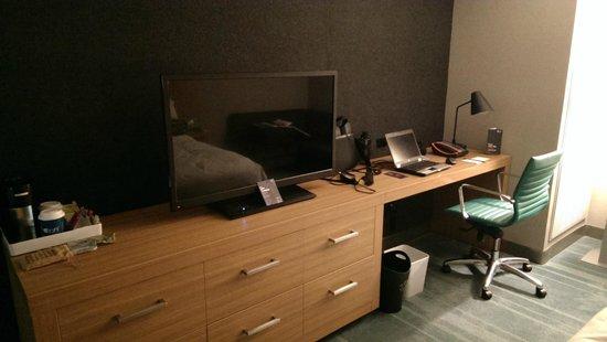 Aloft Cupertino: Desk & TV (Rm. 211)