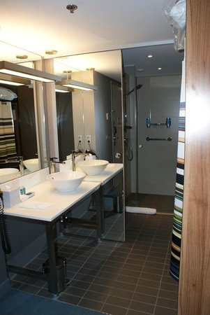 Aloft Brussels Schuman Hotel: Offenes Bad mit Dusche