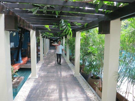 Burasari Resort: Flur zum Speisesaal / Restaurant