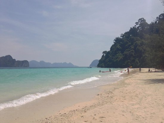 Koh Ngai Thanya Beach Resort: Starnd vorm Hotel