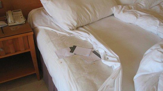 InterContinental Aqaba Resort: Le macchie sul lenzuolo e sul materassino