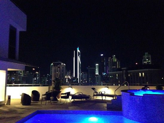 Tryp by Wyndham Panama Centro: TRYP rooftop pool at night