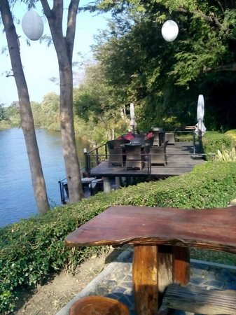U Inchantree Kanchanaburi : Deck by River