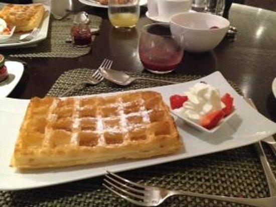 Hotel Amigo: waffel caldi a colazione!