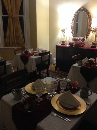 Dupont Mansion B&B : The smaller dining area, with tables for just a few people.