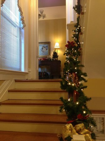 Dupont Mansion B&B: Looking into foyer for 2nd floor.