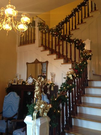 Dupont Mansion B&B : Looking at the small parlor and staircase from the front door/foyer.