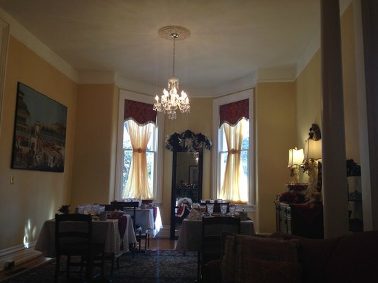 Dupont Mansion B&B : Another shot of the small dining area, from its attached sitting area.