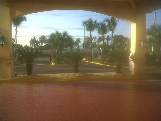 Quality Hotel Real Aeropuerto Santo Domingo: View from main entrance to gate