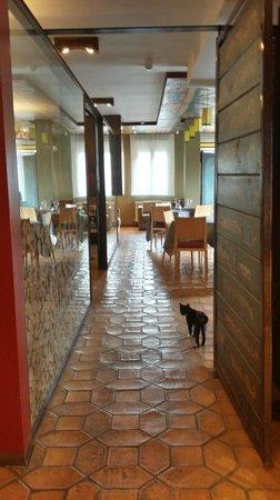 Hotel La Casueña: pasillo al cpmedor