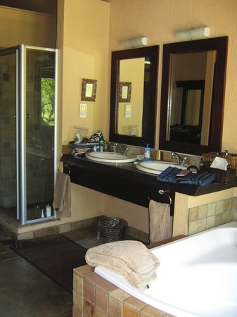 Inyati Game Lodge: Master bath with shower & soaking tub