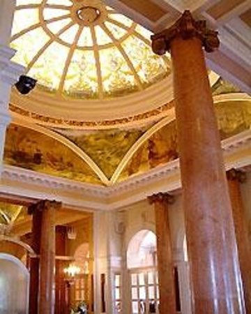 Queen's Hotel : The incredible lobby ceiling